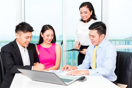 Aziatische bankier team begeleiding opdrachtgever financiering van investeringen in bankkantoor