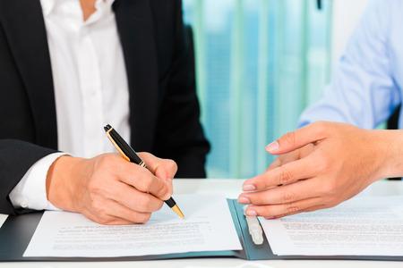 cerrando negocio: empresarios firman acuerdo