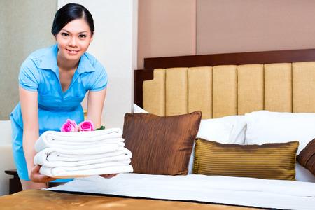 아시아 호텔 방에서 하녀 청소