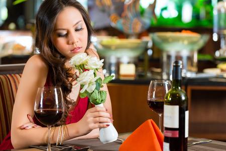 heartsick: Esperando, solitario so�ador mujer china nervioso,,, desconsolada en un restaurante a la espera de una fecha qued� puso de pie Foto de archivo