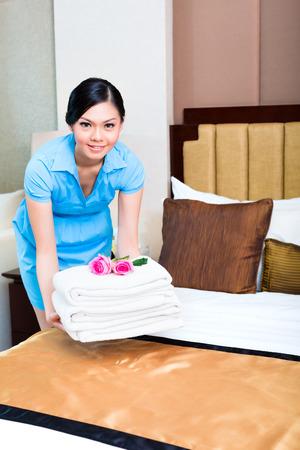 Camarera de limpieza en la habitación de hotel de Asia Foto de archivo