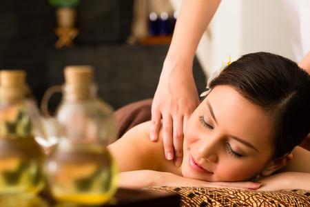 descansando: Mujer asi�tica china en el bienestar y spa de belleza con masaje de aromaterapia con aceite esencial, mirando relajado Foto de archivo