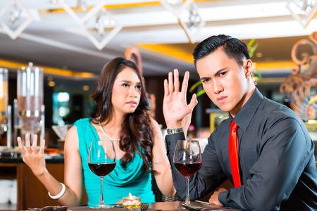 novios enojados: Pareja asiática quarelling en restaurante