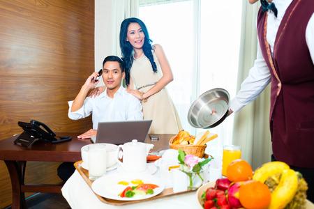 Asian-Zimmerservice Kellner, das Frühstück im Hotelzimmer