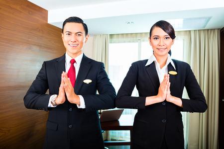 uniformes: Retrato de hotel de saludo personal con las manos juntas Foto de archivo