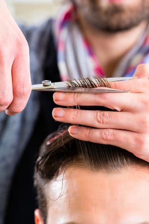 barbero: Peluquer�a de corte de pelo hombre en la tienda de peluquero Foto de archivo