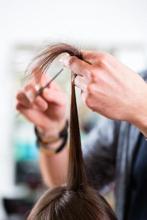 Männlich Friseur Schneiden Frau Haare in Friseursalon