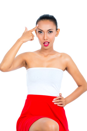 comunicacion no verbal: Mujer asi�tica joven que muestra emociones y mostrando el signo idiota