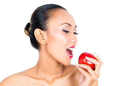 eating fruits: J�venes de Asia mujer frutos sanos y comiendo viva Foto de archivo