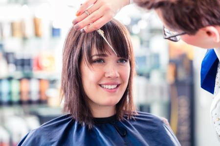 Friseur schneiden Haare Frau im Shop Standard-Bild