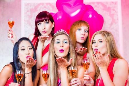despedida de soltera: Novia y amigos que celebran noche de la gallina con champán en el club