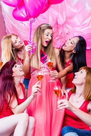 despedida de soltera: Las mujeres que tienen despedida de soltera en el club de noche