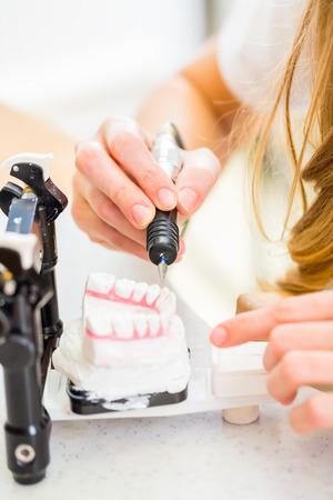 laboratorio dental: Técnico dental prótesis produciendo