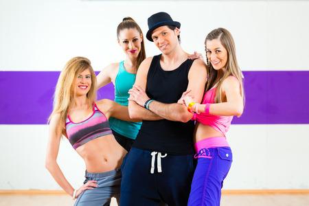 zumba: Hombre que presenta con la mujer en la escuela de baile zumba