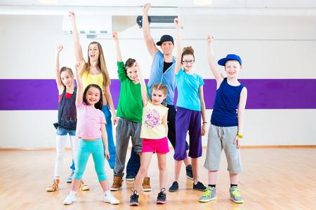 baile hip hop: Profesor de baile dando a los niños de clases de fitness en el gimnasio
