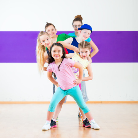 Children in zumba class dancing modern group choreography Banque d'images