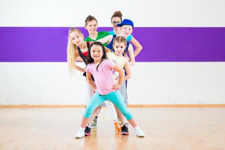 niños bailando: Los niños de clase bailan coreografía moderna del grupo
