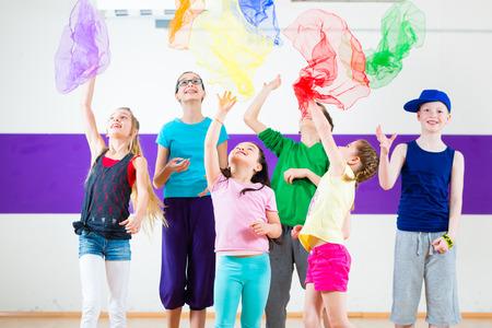 baile hip hop: Los niños bailan coreografía grupo moderno con bufandas Foto de archivo