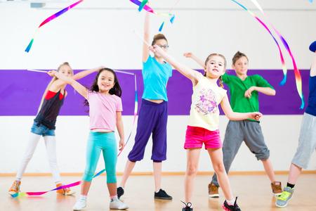 niños bailando: Los niños bailan coreografía grupo moderno con bufandas Foto de archivo