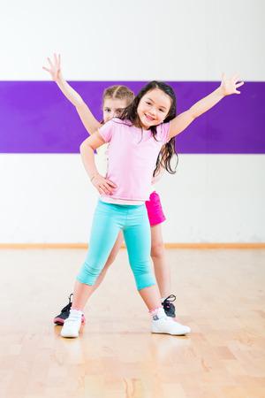coreografia: Los ni�os bailan coreograf�a moderna del grupo en clase de baile