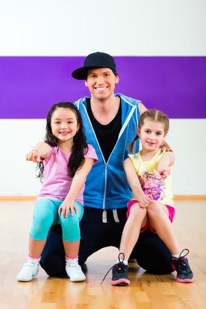 coreografia: J�venes ni�os Trainin profesor de baile en la coreograf�a moderna del grupo Foto de archivo