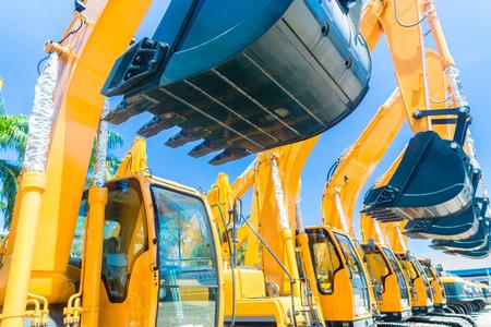 équipement: Parc de véhicules en Asie avec des machines de construction de bâtiment ou société minière
