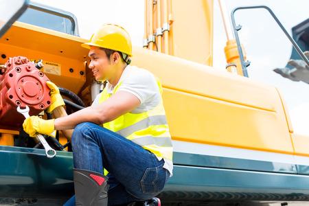 mantenimiento: Asia ingeniero mec�nico motor haciendo mantenimiento en la m�quina