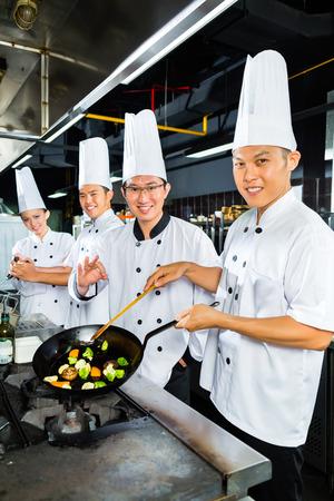 keuken restaurant: Aziatische koks in restaurant keuken koken