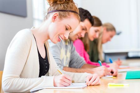 시험 또는 시험을 쓰는 대학생 스톡 콘텐츠