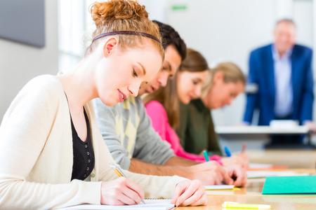 hombre escribiendo: Los estudiantes universitarios de la Universidad de escritura prueba o examen