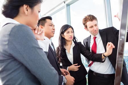 reuniones empresariales: Equipo internacional de negocios en Flipboard Foto de archivo