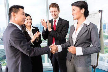 reunion de trabajo: Equipo de negocios aplausos en reuni�n