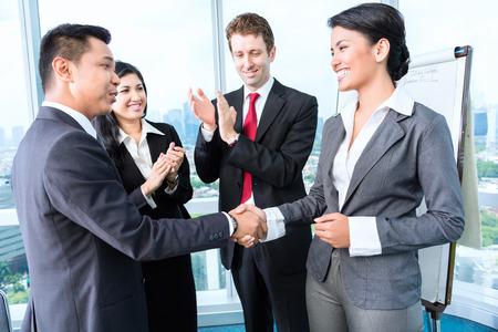 stretta di mano: Business team applausi in riunione