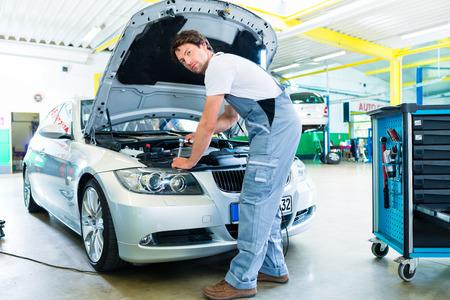 Male workshop mechanic handover car with checklist to client Standard-Bild