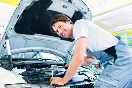 garage automobile: Homme voiture de transfert Atelier de mécanique avec liste de contrôle pour le client
