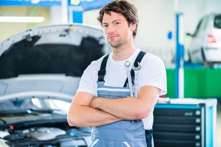 garage automobile: M�canicien travaillant dans l'atelier de voiture Banque d'images