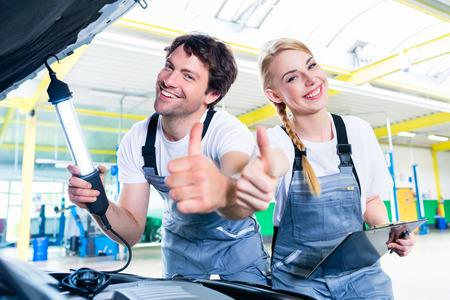garage automobile: �quipe M�canicien travaillant dans un atelier de voiture