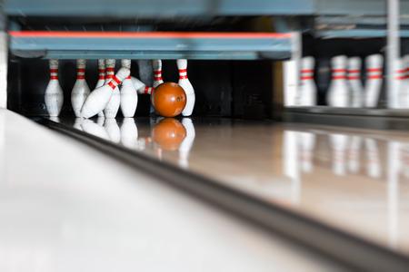 Bowling - Kugel trifft den letzten Kegel, auf einer Bowlingbahn, es gibt einen Spare