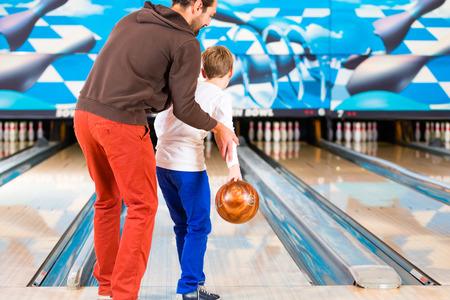 볼링 센터에서 놀고있는 아버지와 아들