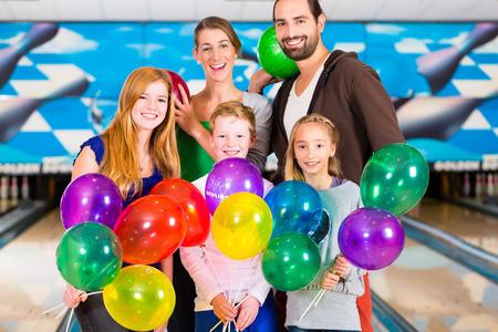 Rodzina i przyjaciele świętuje urodziny w kręgielni