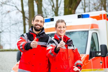 Notarzt und Krankenschwester stand vor Krankenwagen
