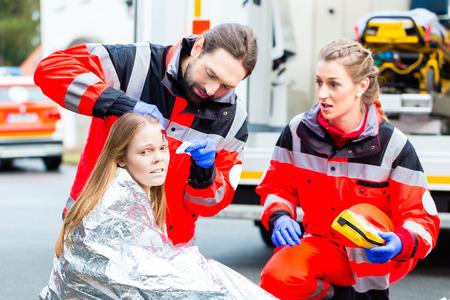 Médico de emergencia y equipo de paramédicos o una ambulancia ayudar víctima de accidente Foto de archivo