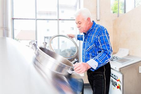 brewer: Brewer en sala de cocci�n de la f�brica de cerveza Foto de archivo