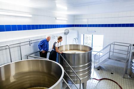 brewer: Brewer y los pares en cervecer�a cerveza visita guiada