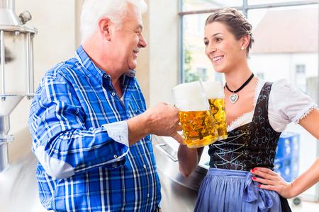 brewer: Brewer y mujer tostado en f�brica de cerveza