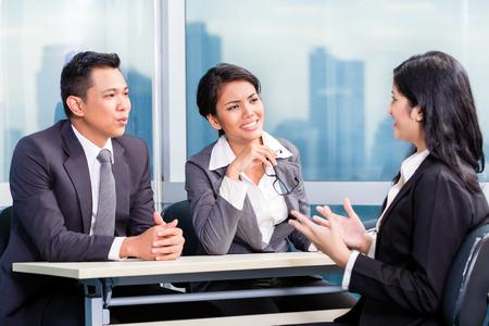 Equipo de reclutamiento de Asia contratación candidato en la entrevista de trabajo
