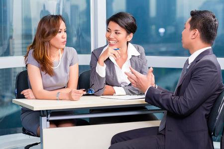 entrevista de trabajo: Equipo de reclutamiento de Asia contratación candidato en la entrevista de trabajo