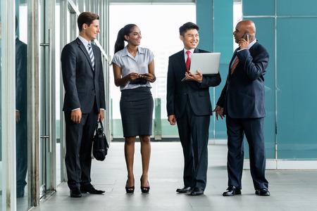 business: Business Team framför af Bank fasad diskussion projekt rapporterar till indisk VD Stockfoto