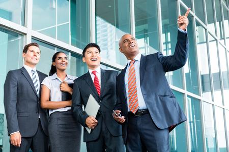 lider: Líder indígena explicar su visión de dar perspectiva a su equipo de negocios en Asia