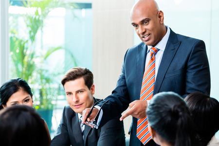 lider: Hombre de negocios indio reunión principal equipo de la diversidad de personas en oficina Foto de archivo